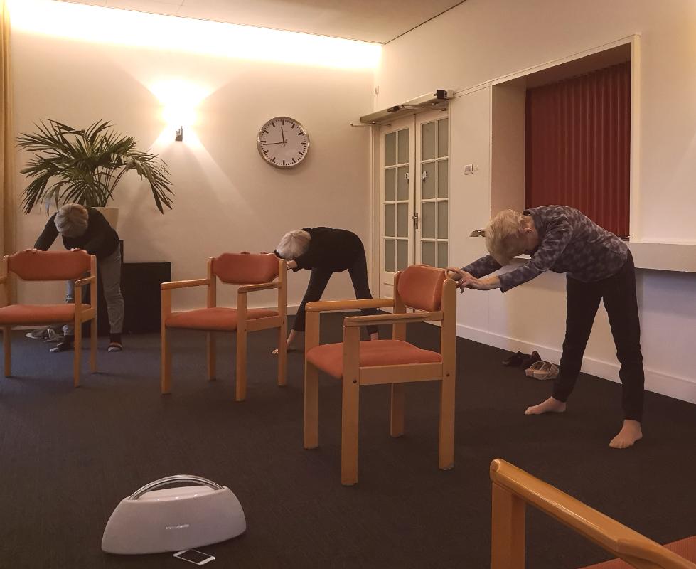 Stoelyoga lessen voor senioren en ouderen bij Burghtweide - Isabella van der Meulen - Yoga & Pilates Studio Oisterwijk